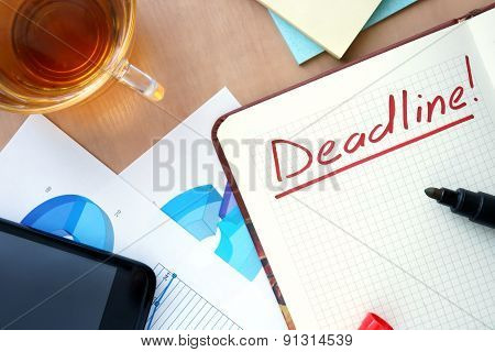 Notepad with word deadline concept.