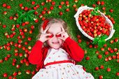Постер, плакат: Little Girl Eating Strawberry
