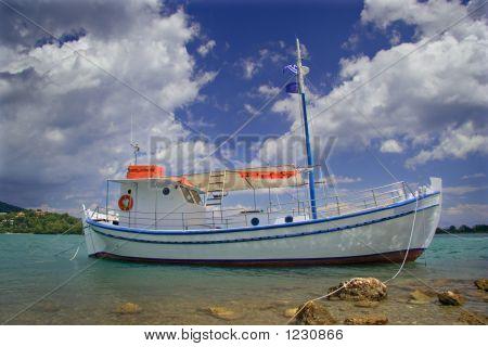 Velero anclado en la costa de la isla de Corfú