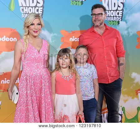 LOS ANGELES - MAR 12:  Tori Spelling & Dean McDermott arrives to the Nickeloden's Kid's Choice Awards 2016  on March 12, 2016 in Hollywood, CA.