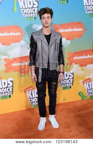 LOS ANGELES - MAR 12:  Cameron Dallas arrives to the Nickeloden's Kid's Choice Awards 2016  on March 12, 2016 in Hollywood, CA.