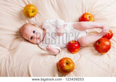 Babe lies in apples in foto studio