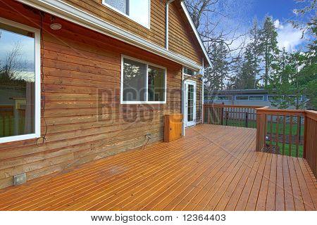 Parte de trás da casa com varanda