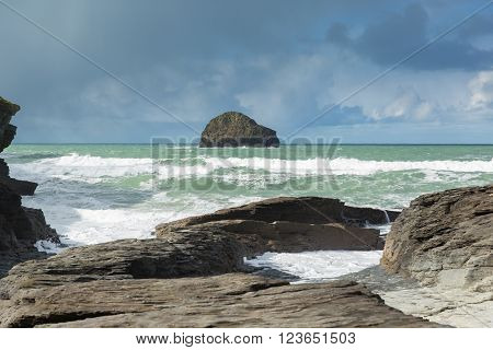 Gull Rock with white waves breaking viewed from the beach Trebarwith Strand Cornwall England UK coastal village between Tintagel and Port Isaac ** Note: Visible grain at 100%, best at smaller sizes