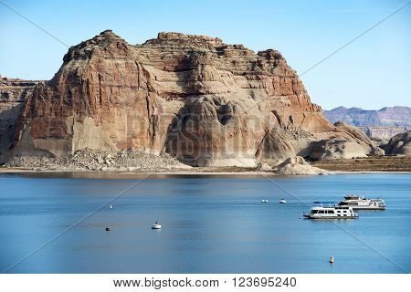houseboats and tourist boats on lake Powell, reservoir on the straddling the border between Utah and Arizona, Colorado River, USA