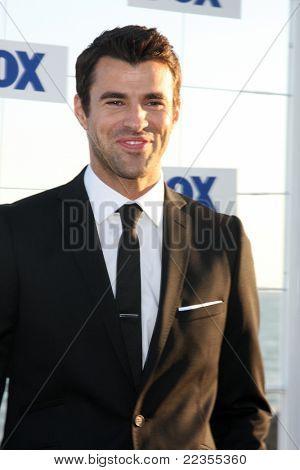LOS ANGELES - 5 de AUG: Steve Jones al llegar a la fiesta de FOX TCA verano 2011 en Gladstones en agosto