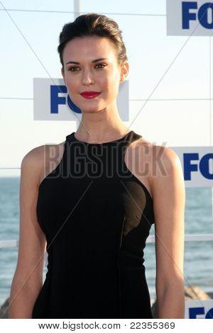 LOS ANGELES - 5 de AUG: Odette Annable arribando a la fiesta de FOX TCA verano 2011 en Gladstones Augu