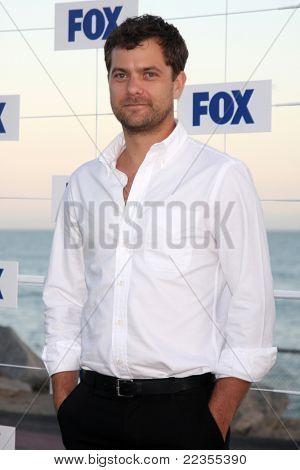 LOS ANGELES - 5 de AUG: Joshua Jackson arribando a la fiesta de FOX TCA verano 2011 en Gladstones Augu