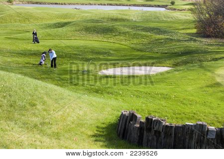 Senhora andando golfistas