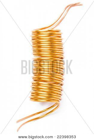 Cerca de una bobina sobre fondo blanco