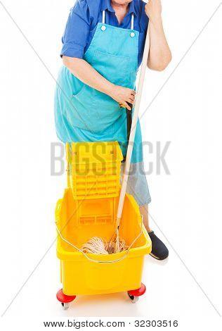 Faxineira com seu esfregão e balde. Isolado.