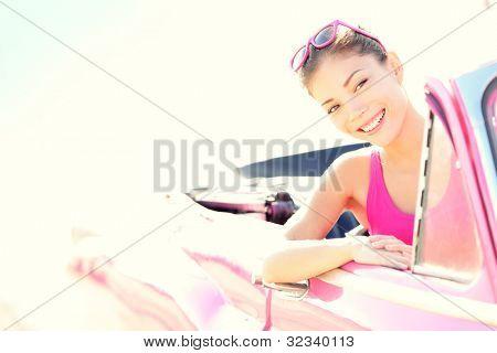 Frau Rosa retro Cabrio Oldtimer fahren. Retro-Style Portrait des jungen schönen glücklich s