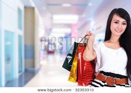 Hermosa mujer de compra