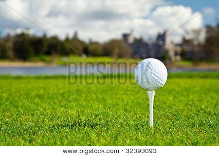 Bola de golfe no curso idílica irlandês
