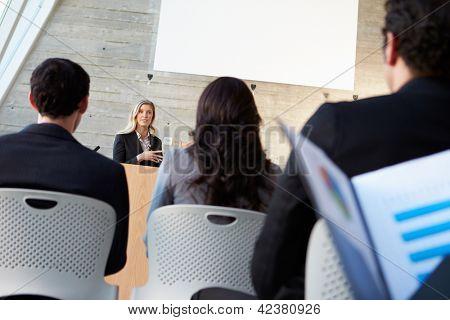 Empresária entregar apresentação na Conferência