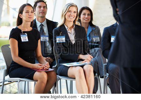 Audiência ouvindo para apresentação na Conferência