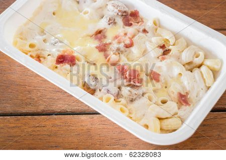 Macaroni Cheese With Pork Ball And Ham In The Box