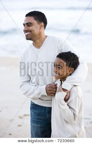 afrikakarte american Vater und Sohn am Strand