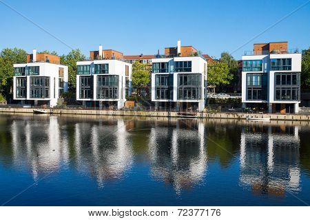 Four new houses at the waterside