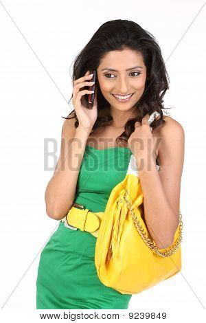 Adolescente, hablando por teléfono celular