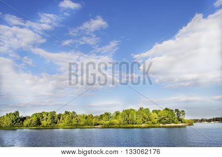 природа, солнце,речка- красивый пейзаж и много солнца