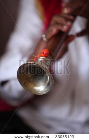 An ethnic Indian wind instrument called the been which plays a monotonous note.