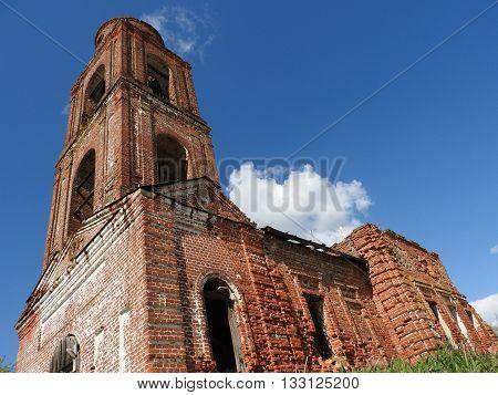 Old charch. Красивая старинная церковь из красного кирпича.
