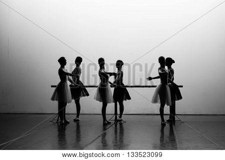 Silhouette di ballerine sul palco di un teatro