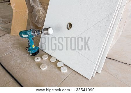 Precision drilling a hole with hole saw trough plasterboard.