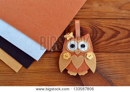 Felt brown owl decoration. Valentine's day decor. Felt Christmas tree ornament. Wedding favor. Kids handicraft. Home sewing idea. Felt sheets. Brown wooden board