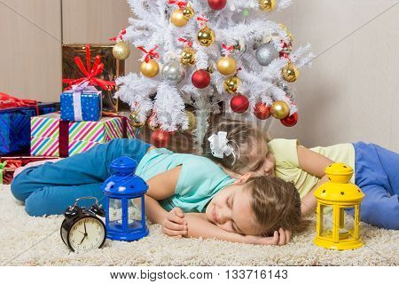 Two Girls Slept Through The Whole New Years Eve At The Christmas Tree While Waiting For The Arrival