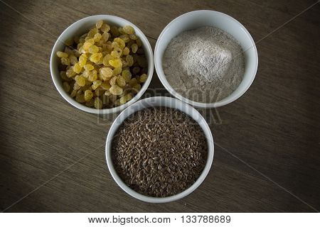 Composition: ingredients for artisan bread prepared without yeast and baking powder (raisins flax seeds rye flour).