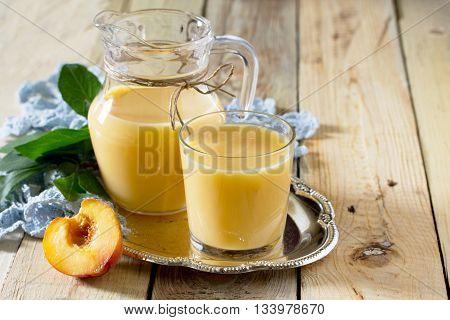 Молочный коктейль сделан из персика, смешивается с кефирной йогурта.