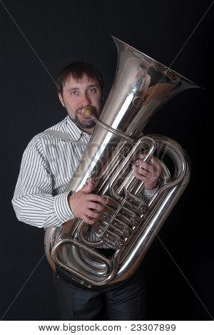 Hombre tocando una Tuba