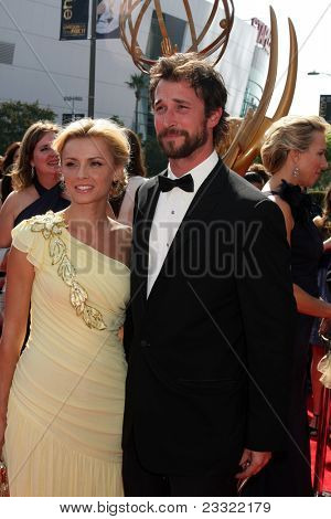 LOS ANGELES - SEP 10:  Sara Wells, Noah Wyle arriving at the Creative Arts Emmys 2011 at Nokia Theater  on September 10, 2011 in Los Angeles, CA