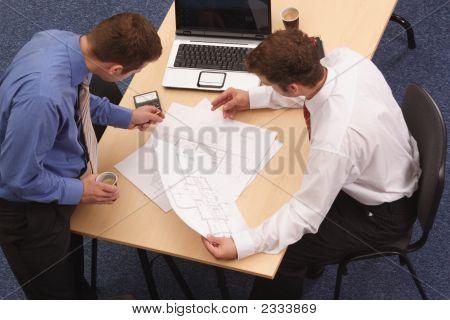 Dois arquitetos, revendo os planos