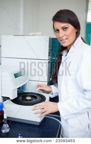 Ernstige wetenschapper met behulp van een Centrifuge
