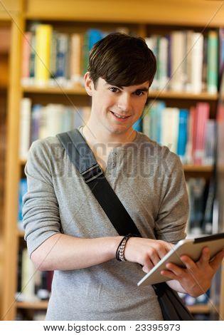 Portret van een glimlachende Student met behulp van een Tablet PC