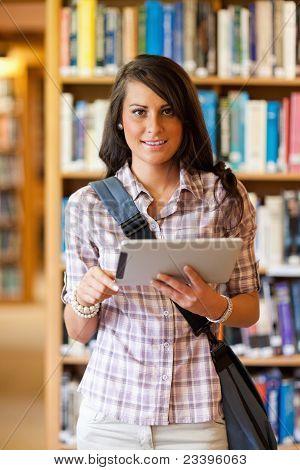 Retrato de un joven estudiante sonriente con un Tablet PC