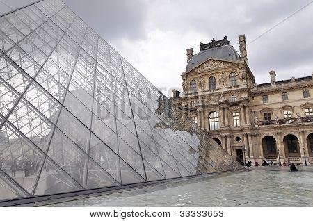 Louvre Museum And Pyramide Du Louvre - Famous Tourist Landmark In Paris