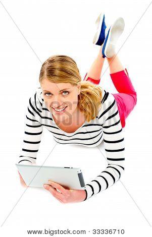 Jovem mulher segurando seu computador Tablet
