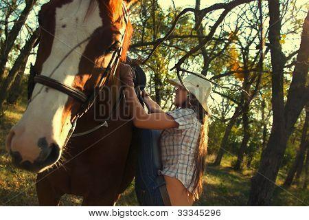 schönes Mädchen an ein Pferd im Garten