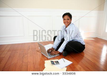 Frau auf computer