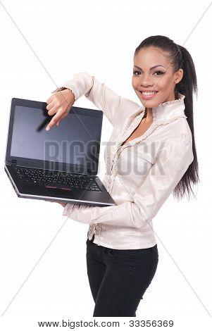 Atraente jovem com laptop sorrindo