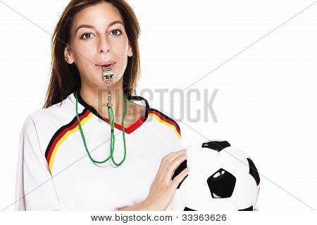mujer hermosa con un silbato con camiseta de fútbol con fútbol