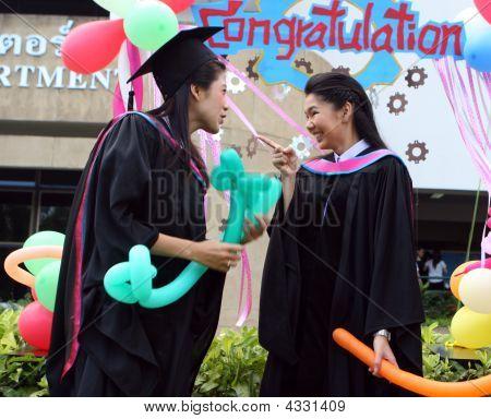 Graduados de la Universidad de Asia hermosa