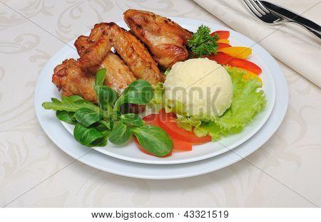 Cozido de asas de frango com alho e batatas e legumes