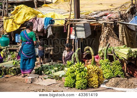 THANJAVUR-FEBRUARY 14: Sellers of bananas February 14, 2013 in Thanjavur, India. Despite the significant economic progress, a quarter of the population lives below the poverty line, to 0.40$ a day