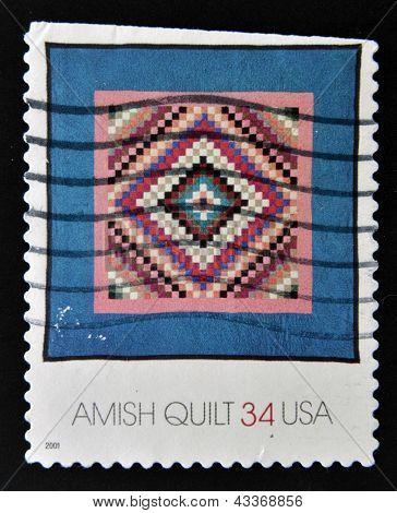 Estados Unidos da América - por volta de 2001: Um selo imprimido nos EUA mostra uma edredão Amish, por volta de 2001