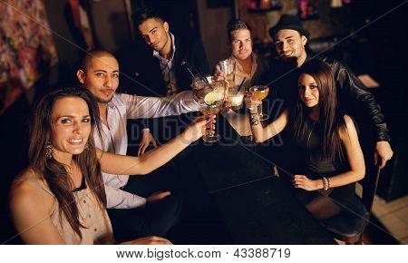 Levantar su copa y celebrar con nosotros